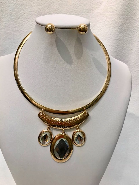 GOLDEN COLOR CHOKER /CLEAR COLOR STONES WITH EARRING